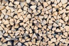 Feuerholz gestapelt in einem Stapel lizenzfreie stockbilder