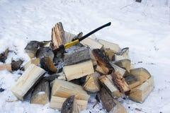 Feuerholz und -axt Lizenzfreie Stockbilder