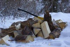 Feuerholz und -axt Stockfotografie