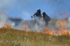 Feuerkämpfer und -flammen Stockfotografie
