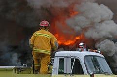 Feuerkämpfer und -flammen Lizenzfreies Stockfoto