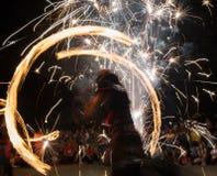 Feuerkünstler in der Aktion Stockfotos