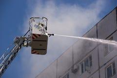 Feuerlöschend vom Feuerturm mit Hydranten lizenzfreies stockbild