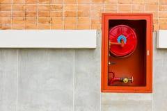 Feuerlöscher auf Wand Lizenzfreie Stockfotos