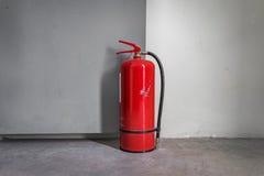 Feuerlöscher benutzt, um die Tür offen zu halten Stockbild