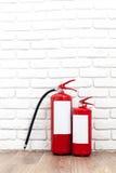 Feuerlöscher nahe weißer Wand Lizenzfreie Stockfotos