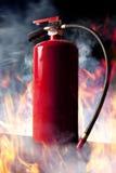 Feuerlöscher und Flammen lizenzfreie stockfotos