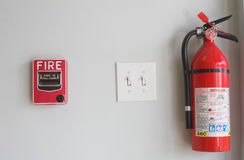 Feuerlöscher und Zug-Kasten Stockbild