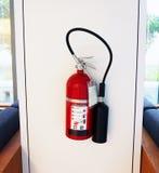 Feuerlöscherfall auf Wand stockbild