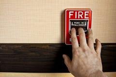 Feuermelder aktivieren stockbild