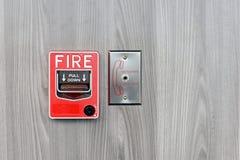 Feuermelderschalterkasten auf Wand für das Warnen stockfotos
