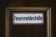 Feuermeldestelle & x28; point& x29 пожарного вызова; Знак Стоковое фото RF