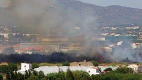 Feuern Sie den Hubschrauber ab und um die Felder fliegen, um ein Feuer auszulöschen Faro OLhao stock video footage