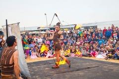 Feuern Sie den Tänzer, der einen Davidsstern während Purim-Feiern hält Lizenzfreies Stockfoto