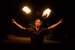 Feuern Sie Erscheinen ab Tanz mit Poi lizenzfreie stockfotografie