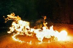 Feuern Sie Erscheinen ab Tanz mit Poi lizenzfreie stockbilder
