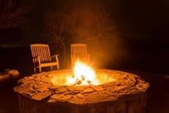Feuern Sie Flammen in einer Feuergrube nachts ab Stockbild