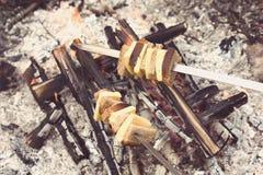 Feuern Sie gebratenen Käse und Brot mit Instagram-Artfilter ab Stockbild