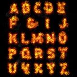 Feuern Sie Gusstext alle Buchstaben des Alphabetes auf schwarzem Hintergrund ab Stockfoto