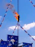 Feuern Sie Taucher auf der Plattform, die sich vorbereitet, weg von einer hohen Tauchenplattform in ein Wasserbecken zu springen Stockfoto
