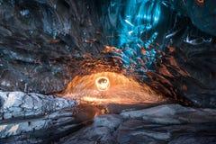 Feuern Sie Zeigung in der Eishöhle, Island ab lizenzfreies stockfoto