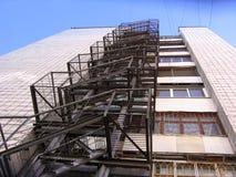 Feuernotentweichenleiter auf der Wand eines mehrstöckigen Gebäudes lizenzfreie stockfotografie