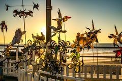 Feuerräder, die auf Pier spinnen Stockbild