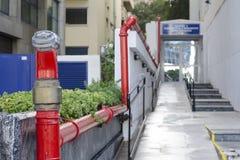 Feuerrohr, die Feuerspritzen mit Wasser ergänzen Athen, Griechenland lizenzfreies stockfoto