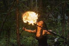 Feuershow Feuer-Verschnaufpause große Plume Of Flame Stockfoto