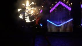 Feuershow mit einer Feuerkugel stock video footage