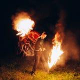 Feuershow nachts Junger Mann steht vor Lizenzfreies Stockfoto