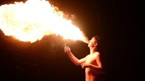 Feuershowkünstler-Schlagfeuer in der Dunkelheit stock footage