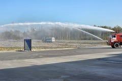 Feuerspritzen und Wasserstrahl Stockfotografie