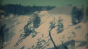 Feuerstein, Michigan 1967: Skiwinterurlaubsort der Frauenbesuche traditionelles Gebirgs stock video footage