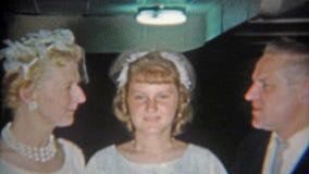 Feuerstein, Michigan 1967: Verantwortliche verrückte Mutter des betrunkenen Vatis nicht glücklich mit ihm stock video footage