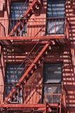 Feuerstrichleiter an den alten Stadthäusern Stockfotografie