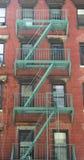 Feuertreppe außerhalb eines Gebäudes stockfotos