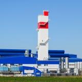 Feuerturm in der Anlage für die Verarbeitung des Altmetalls huge lizenzfreies stockbild