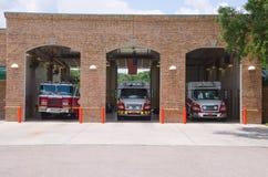 Feuerwache Firehouse mit Sanitätern u. Löschfahrzeugen Lizenzfreie Stockfotografie