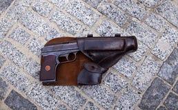 Feuerwaffen als Colt oder Pistole Makarow, fähig zur Tötung Stockfoto
