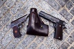 Feuerwaffen als Colt oder Pistole Makarow, fähig zur Tötung Stockfotografie