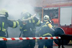 Feuerwehr in der Aktion Stockbild