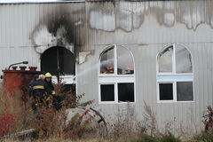 Feuerwehr in der Aktion während der brennenden Lager mit Plastikprodukten Lizenzfreie Stockbilder