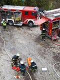 Feuerwehren und Notfallteams auf Übung Stockfotos
