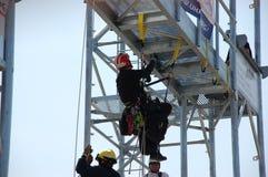 Feuerwehrmänner auf einer Schulungsübung stockfotografie