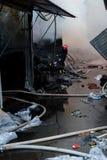 Feuerwehrmänner auf Feuer Feuerwehrmann löscht das Feuer mit Wasser aus Externer Markt brennt Lizenzfreie Stockbilder