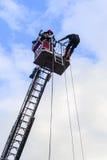 Feuerwehrmänner auf hinterer Plattform Lizenzfreie Stockbilder
