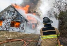 Feuerwehrmänner bei Live Burn Training Lizenzfreie Stockbilder