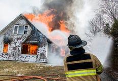 Feuerwehrmänner bei Live Burn Training Stockbild