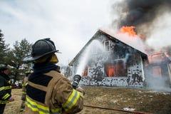Feuerwehrmänner bei Live Burn Training Lizenzfreie Stockfotografie
